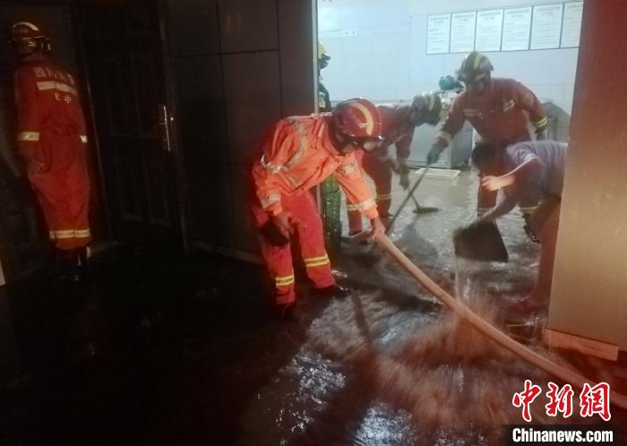 消防员帮助受灾村民清理被淹的民房。巴中消防提供
