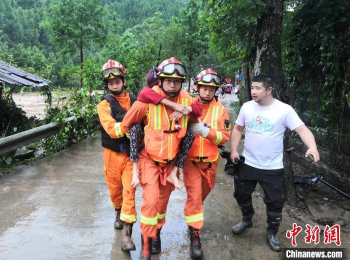 消防员背着老人转移至安全地带。巴中消防提供