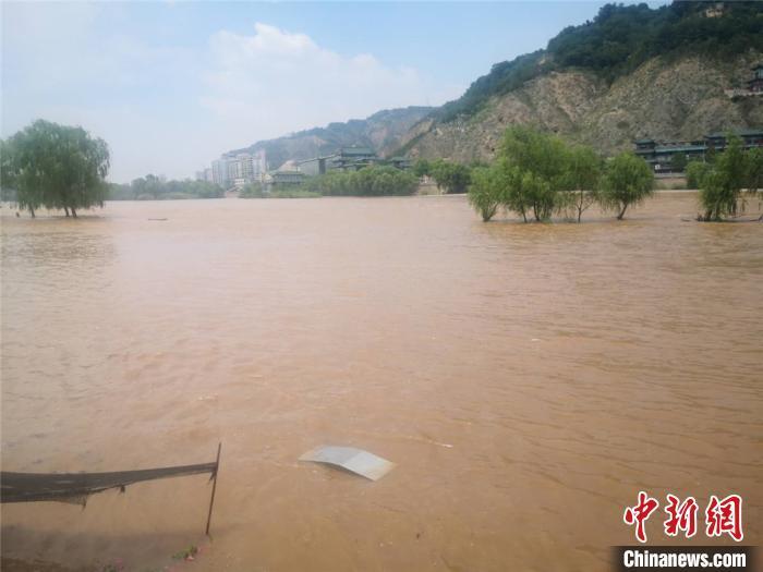 7月21日,黄河兰州段兰州段洪峰流量达3390立方米/秒。图为河边公园配置的固定垃圾桶,只有顶部露出水面。 史静静 摄