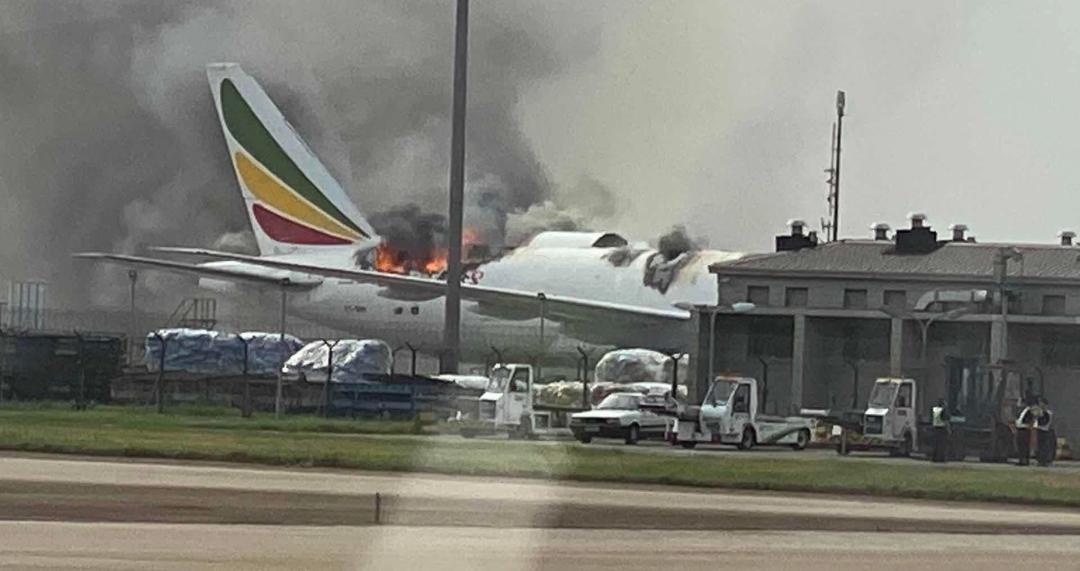 视频来了!上海浦东机场一外航货机起火机身被烧穿