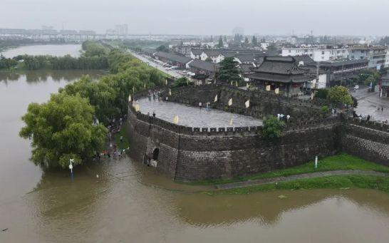 寿县城墙把洪水挡在了城外。图片来源:淮南市人民政府网