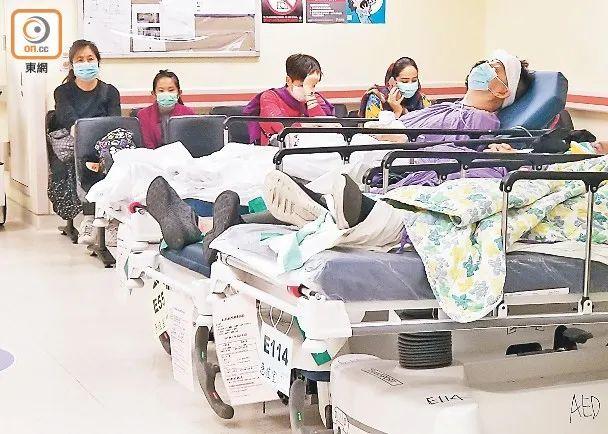 """香港医院内守候医疗办事的市民 图自""""东网"""""""