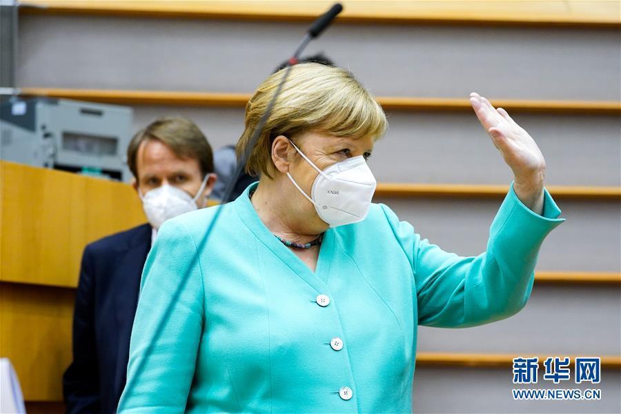 7月8日,德国总理默克尔在比利时布鲁塞尔准备出席欧洲议会全会。默克尔强调,欧洲各国必须搁置分歧,找到共同解决方案,这样才能增强凝聚力,变得更强大,最终成功度过当前危机。新华社发(欧盟供图)