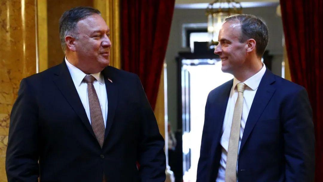 蓬佩奥(左)会见英国外交大臣多米尼克·拉布,图源:英国天空新闻