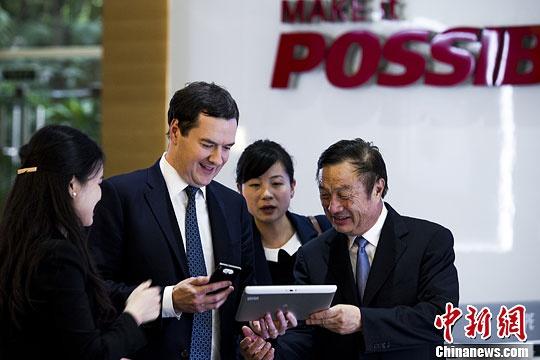 2013年,英国财政大臣乔治·奥斯本议员亲身体验华为的相关新型设备。中新社发 龙宇阳 摄