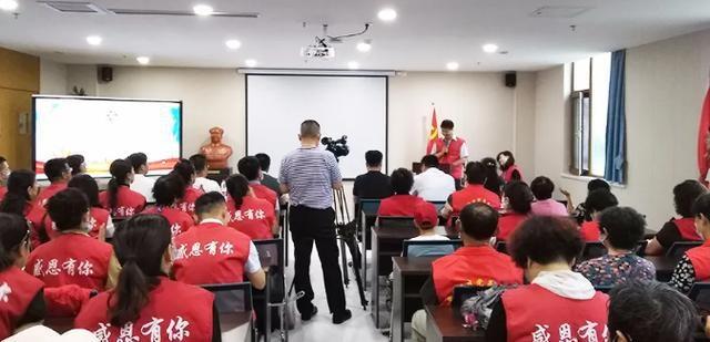 烟台阳光爱心服务队授旗仪式暨翡翠社区志愿者第一期培训在胶东半岛口腔医院举行