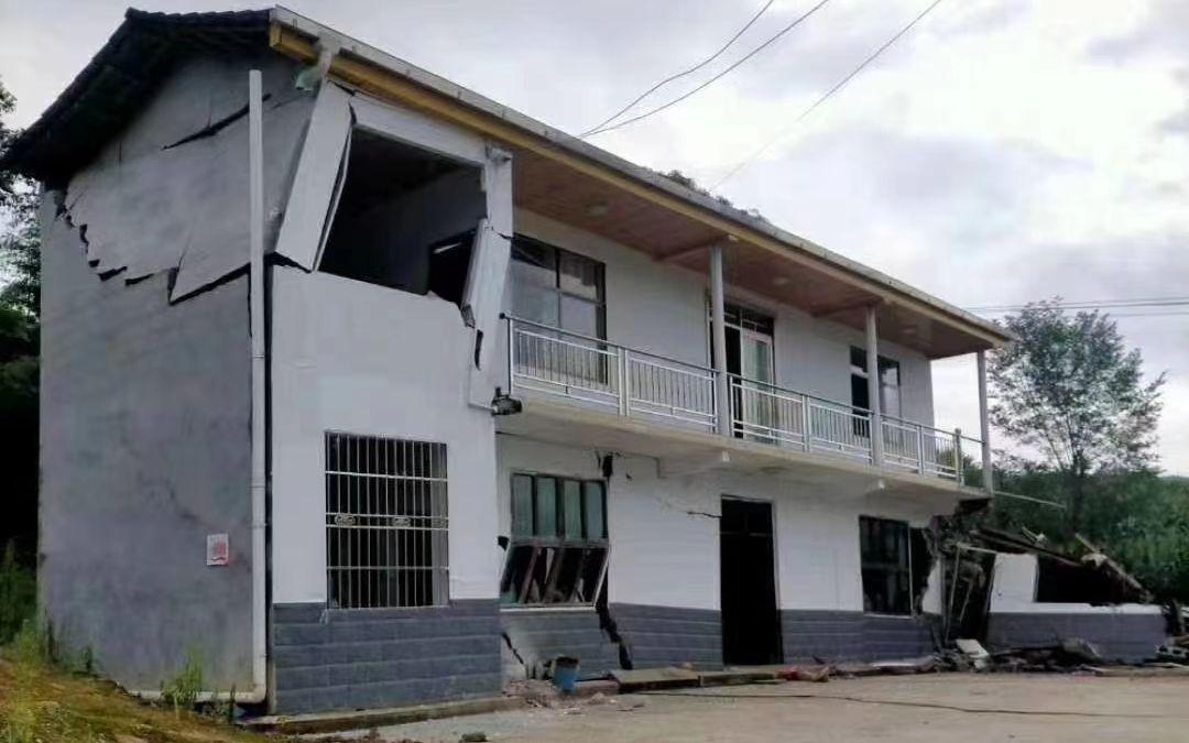 一处当地村民的房屋出现裂缝。受访者供图
