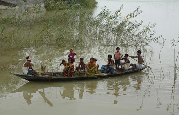 7月19日,村民在印度阿萨姆邦莫里加翁的洪水中乘船前行。 印度近日进入季风雨季,多地遭遇暴雨天气,引发洪涝灾害。 新华社/欧新