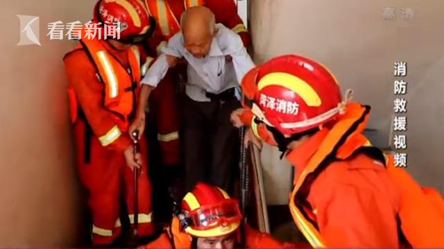 赢咖3: 九旬老人被洪赢咖3水围困消防员以肩为图片