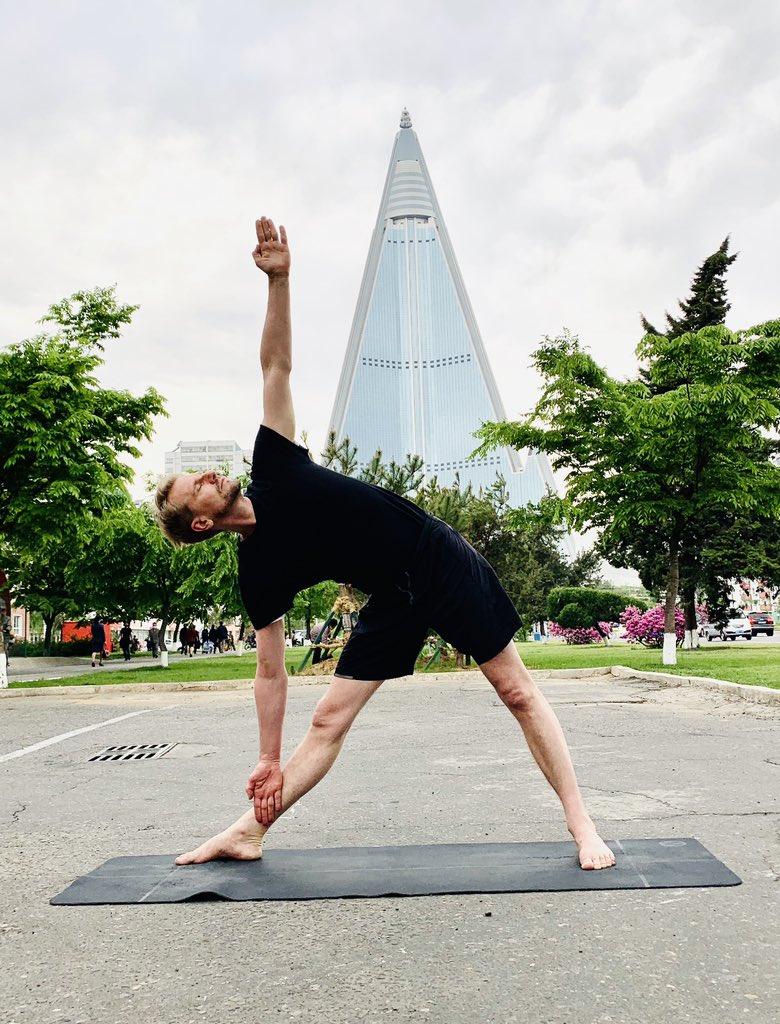 瑞典驻朝鲜大使在平壤街头练瑜伽 本文图片均来自贝里斯特伦个人社交媒体