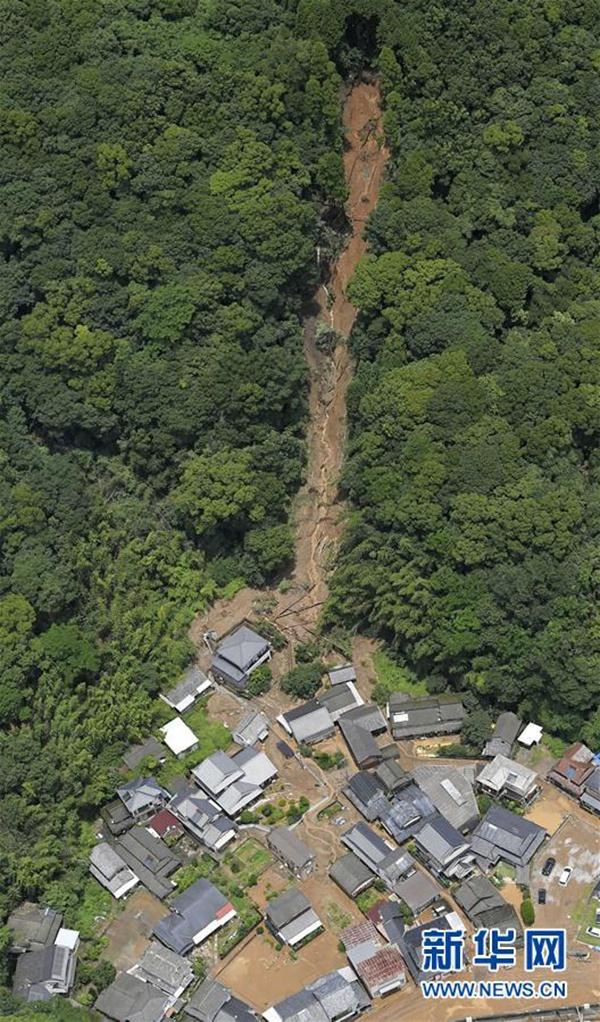这是7月4日在直升机上拍摄的日本熊本县芦北町发生泥石流灾害的部分区域。新华社/共同社