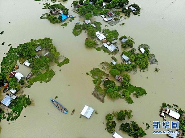7月19日,在距离孟加拉国首都达卡100多公里的福里德布尔,当地居民的房屋淹没在洪水中。 孟加拉国境内地势低洼,河流密布。每年6月至9月的季风雨季,洪涝灾害经常发生。 新华社发