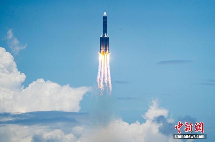 图为长征五号遥四火箭在中国文昌航天发射场点火升空。 骆云飞 摄