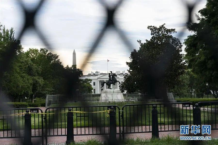 ▲这是7月23日在美国华盛顿透过铁丝网拍摄的白宫。(新华社记者 刘杰 摄)
