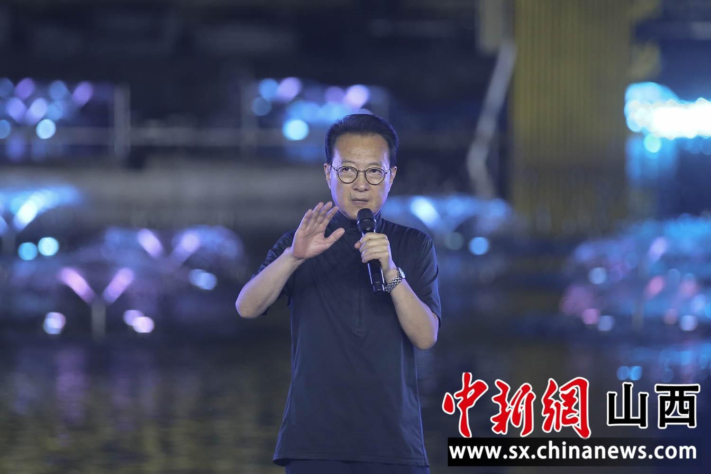 著名艺术家张继钢出席超大型梦幻喷泉巡游表演《寻梦莲花湾》新闻发布会。张云摄
