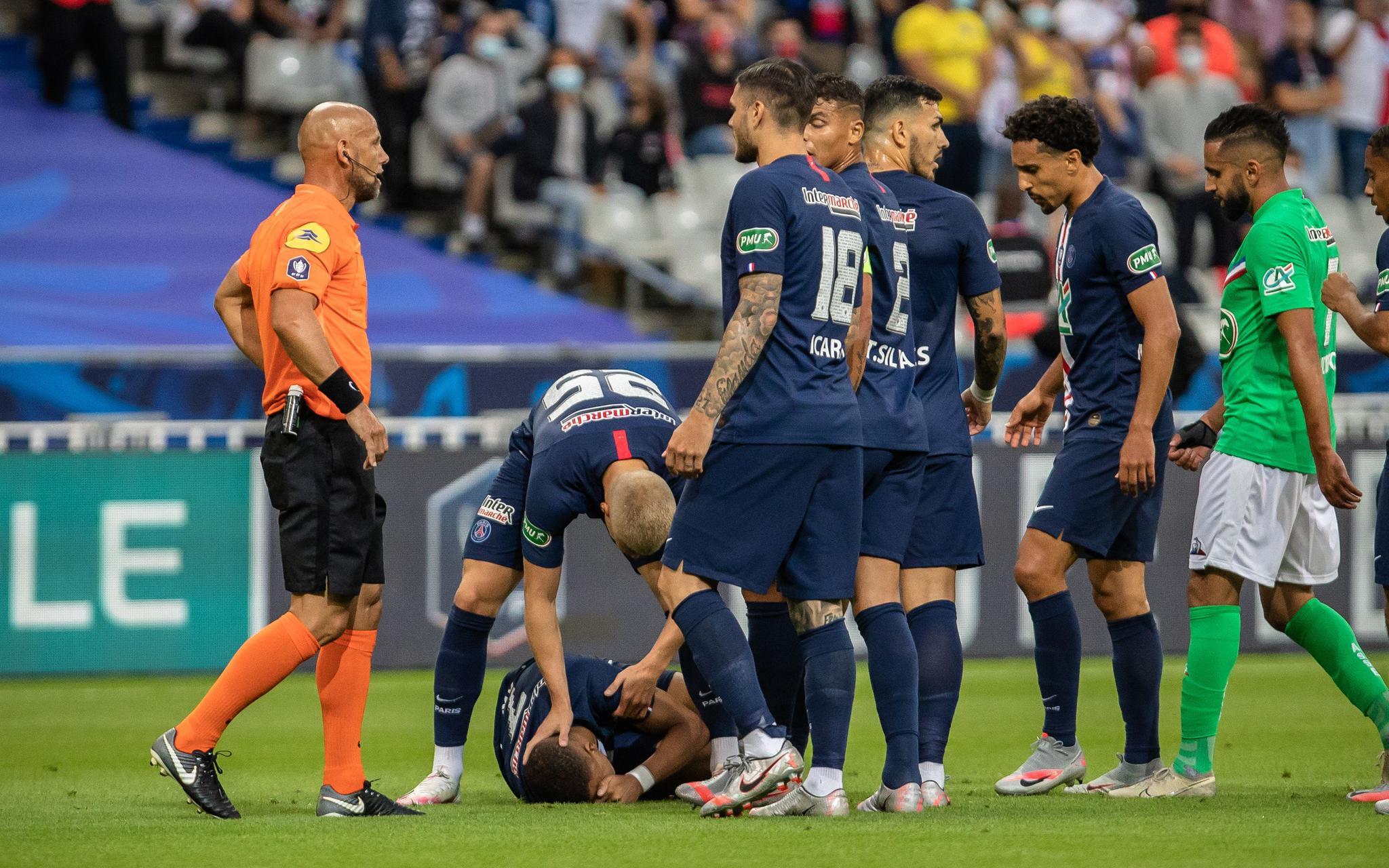 大巴黎法国杯夺冠,姆巴佩遭暴力放铲伤退图片