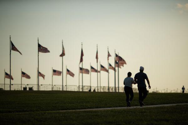 ▲7月19日,人们在美国华盛顿国家广场游览。(新华社)