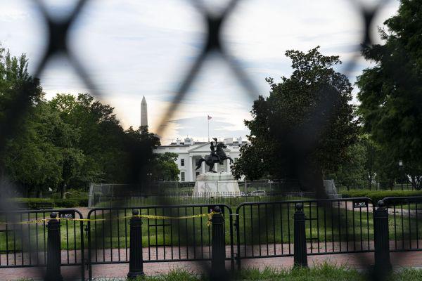 ▲这是7月23日在美国华盛顿透过铁丝网拍摄的白宫。(新华社)