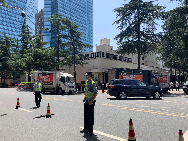 成都美领馆关闭前一天:民众围观 有人高唱《大中国》图片
