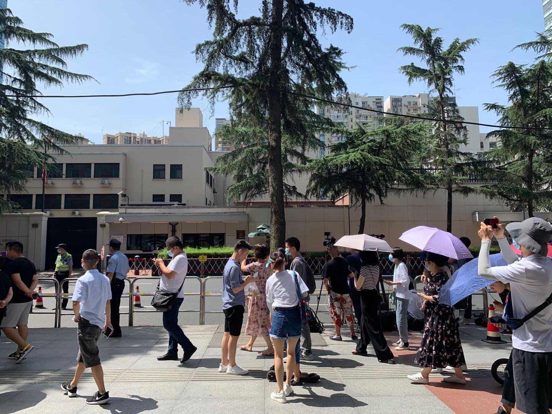 7月26日,媒体和大众在美领馆外围观。