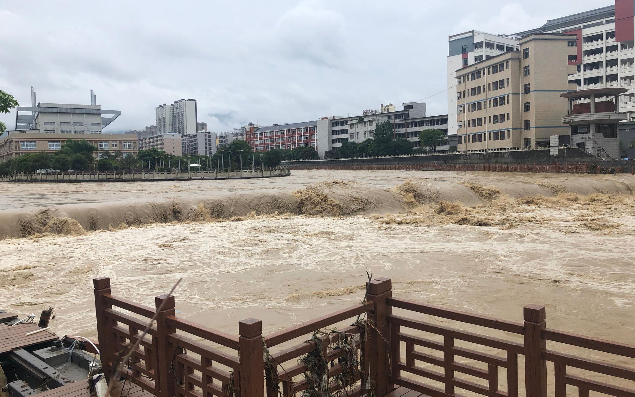 7月26日下昼5点阁下,广润河水位降落,河中心船儿岛暴露水面。新京报记者 向凯 摄