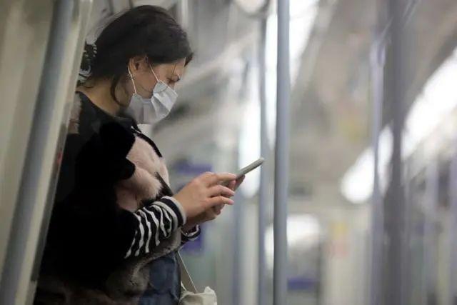 ▲资料图片:6月10日,一名乘客在英国伦敦戴口罩乘坐地铁。新华社发(蒂姆·爱尔兰 摄)