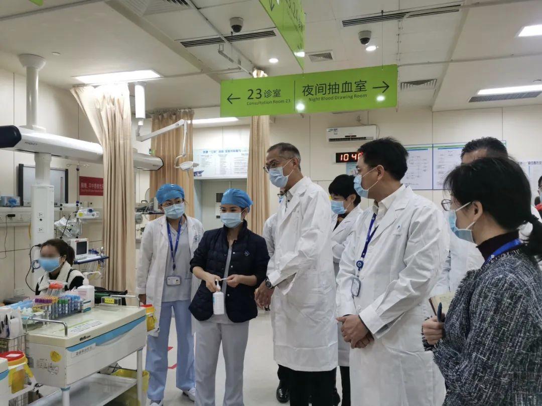 疫情攻坚阶段,港大深圳医院院治理层(左四为卢宠茂)逐日查抄全部抗疫事情细节。