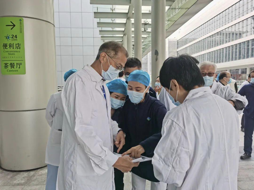 疫情攻坚阶段,港大深圳医院院治理层(左一为卢宠茂)逐日查抄全部抗疫事情细节。