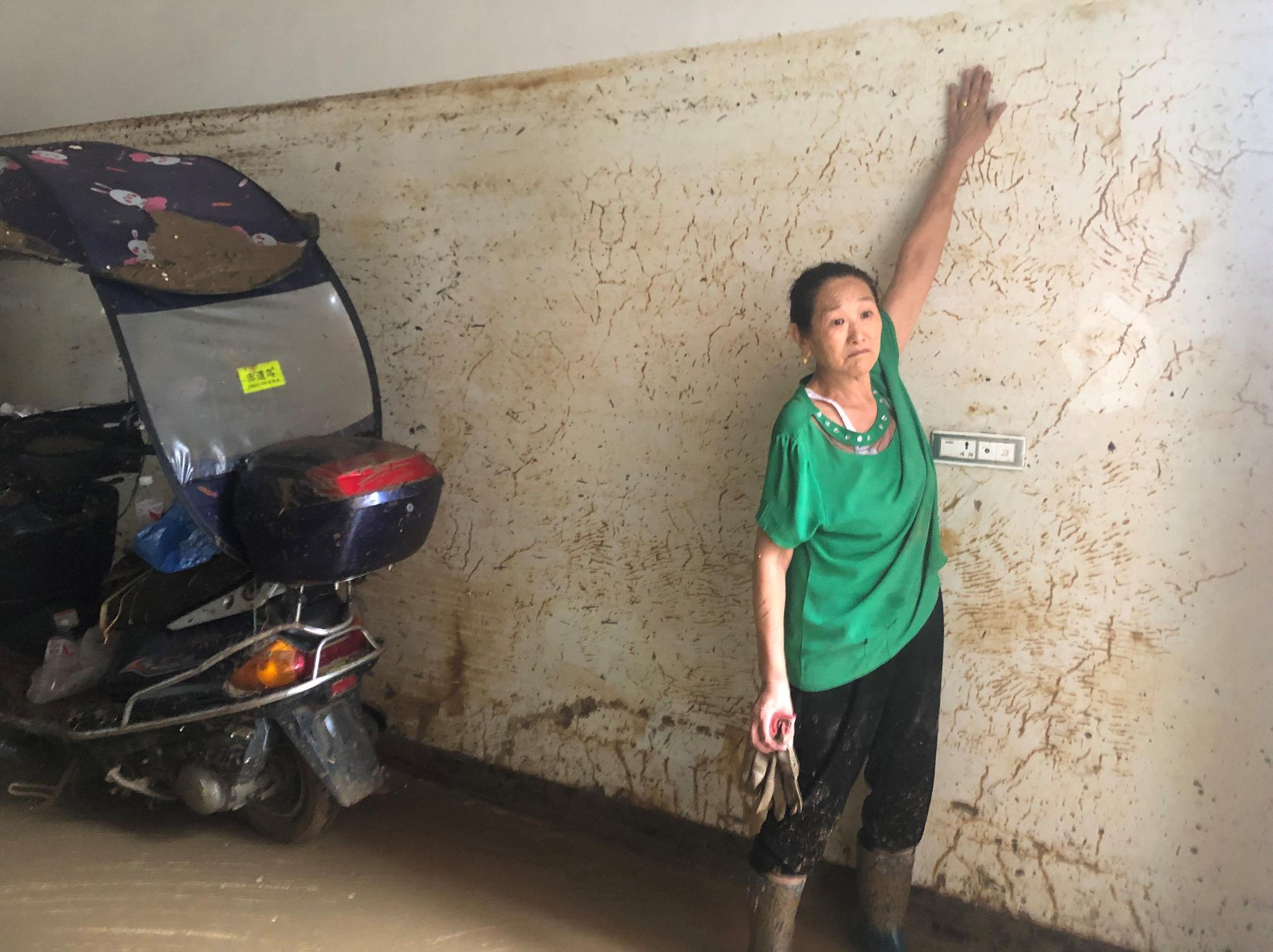7月26日,建始县公路段四周居民家中被淹,水位达2米多高。新京报记者 向凯 摄