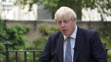 英国首相鲍里斯·约翰逊:疫情初期 也许我们本可以做得不同