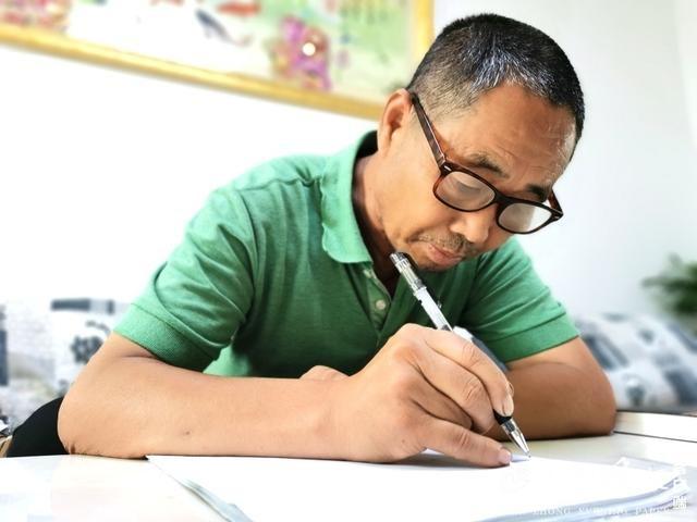 农民大叔逆袭记 小学文化写出40万字长篇小说