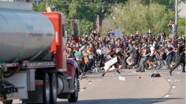 ▲5月31日,一辆油罐车开上美国明尼阿波利斯的一条公路,加速疾驰,冲撞正在当地进行抗议游行的人群。(环球时报)