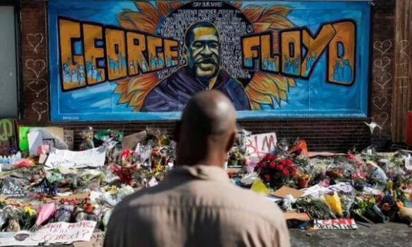▲美国明尼阿波利斯市的乔治·弗洛伊德纪念墙前,堆满了鲜花。(路透社)