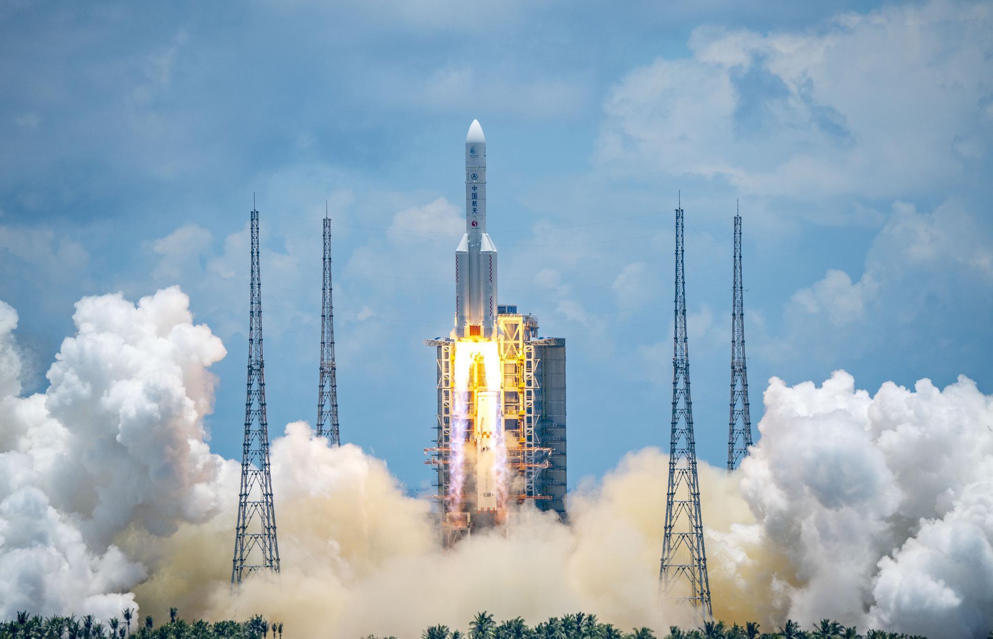 """2020年7月23日,长征五号遥四运载火箭将我国初次火星探测义务""""天问一号""""探测器乐成发射升空并送入预定轨道。中国每年的氦气利用量超4300吨,此中就包罗了用于泵送火箭燃料。图自新华社"""