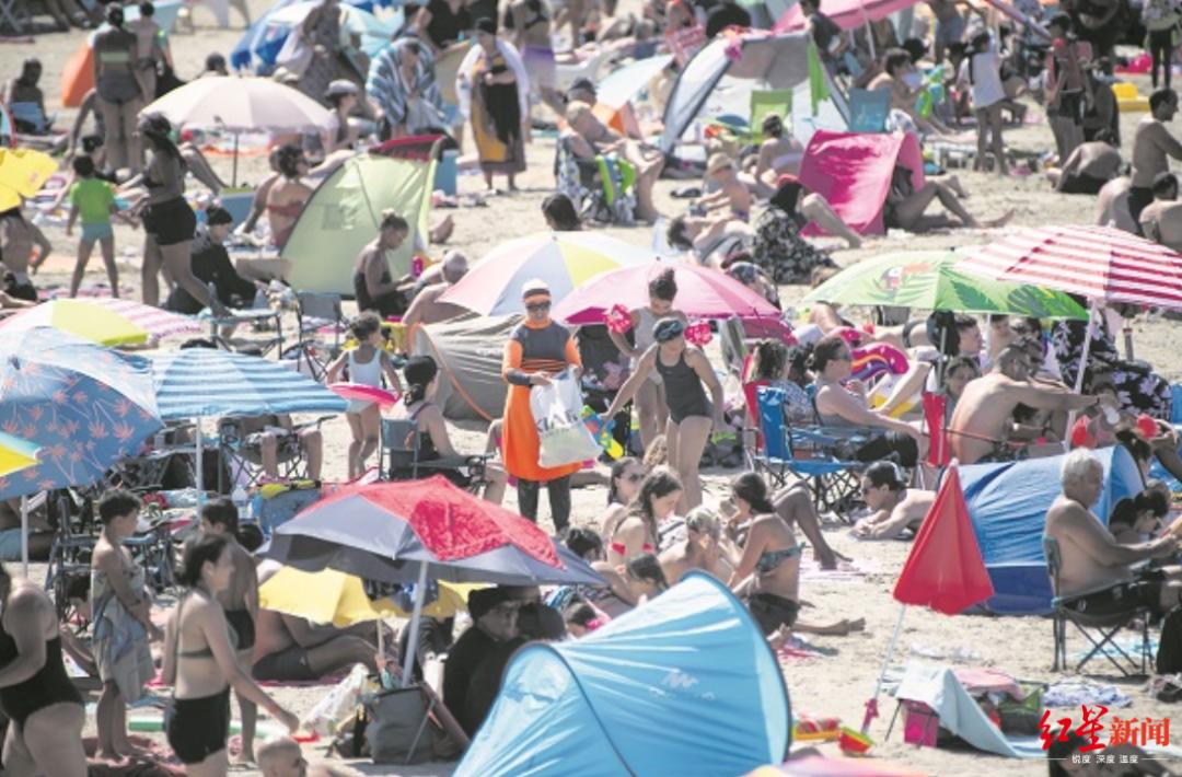 """▲7月27日,马赛著名的""""红角海滩""""上男女老幼济济一滩。暑假道路,旅游胜地人满为患,也增加了新冠疫情反弹的风险。(图片来源:法新社)"""