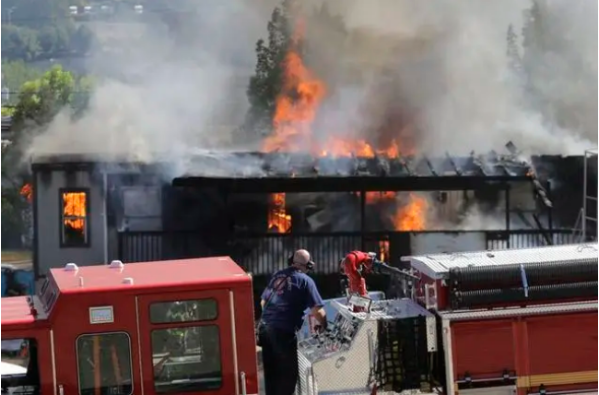 ▲7月25日,美国西雅图,抗议者与警察发生了激烈冲突,破坏了几栋建筑物,并将一座青少年拘留所的建筑工地烧毁。(美国《新闻周刊》)