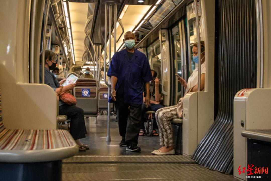 ▲7月20日,在法国巴黎,人们戴着口罩乘坐地铁。(图片来源:新华社)