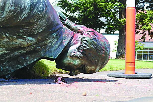 """▲6月18日,示威者用绳子拉倒了德裔美国人协会草坪上的华盛顿雕像。在拉倒雕像之前,还有示威者在雕像基座上涂鸦,将华盛顿描述为""""(实行)种族灭绝的殖民者""""。(环球时报)"""