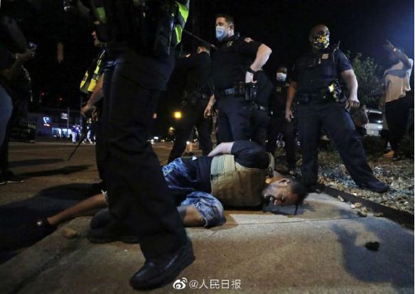 ▲5月29日,美国多地抗议活动走向暴力。当日,底特律市一名19岁男子在抗议者人群中遭枪击身亡。(@人民日报)