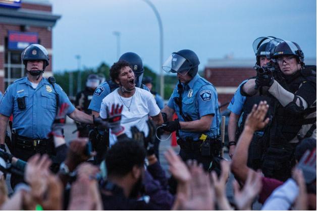▲美国明尼阿波利斯市警察逮捕示威者。(《纽约时报》)