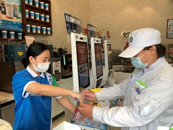 全家便利店为北京、上海环卫工人送上夏日福利图片