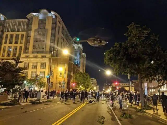 ▲6月1日,美国华盛顿,美军直升机在抗议者上方盘旋,并降低飞行高度,试图用螺旋桨吹起强风和碎屑,来驱散抗议人群。(央视新闻)