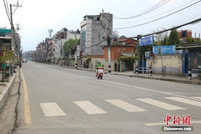 图为疫情下尼泊尔加德满都的一条主干道。中新社记者 张晨翼 摄