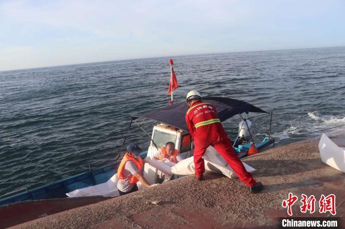 赢咖3岸联合搜救台湾赢咖3浅滩海域翻沉散货图片
