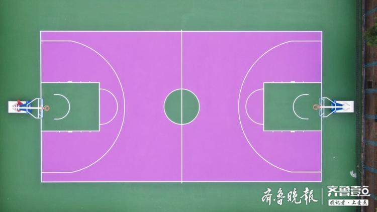 山东省体育中心篮球公园篮球场完成升级,紫绿配色让人眼前一亮