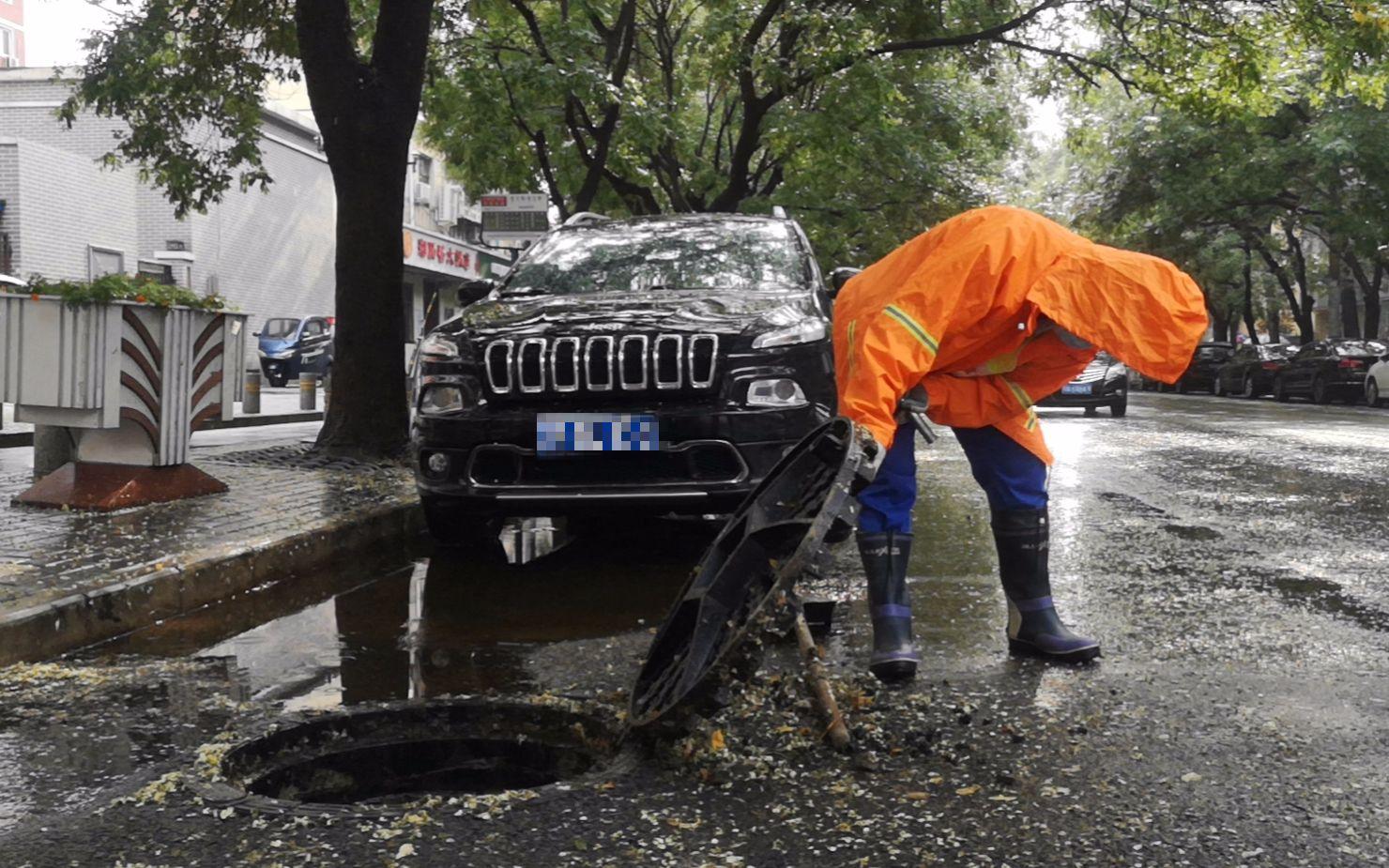 北京排水集团工作人员检查道路排水设施。图/北京排水集团