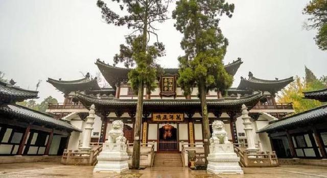 杭州径山寺景区8月1日起实行有序开放,社会车辆没法山上,但有免费接驳车