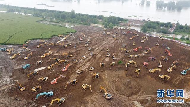安徽颍上:抢筑圩堤 控制险情