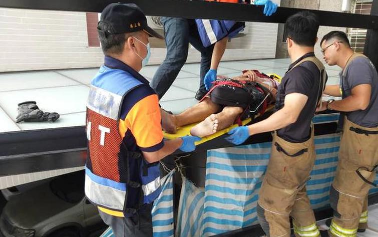 台南市1男子身中多刀后坠楼 摔落遮雨棚命危