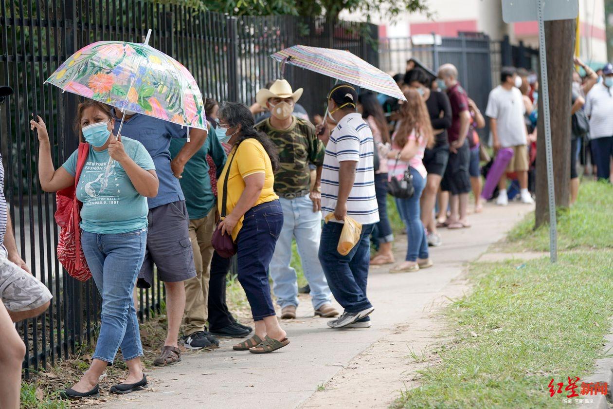 ▲6月中旬,墨西哥驻休斯顿总领馆门口排队等待免费新冠病毒检测的人们。(图据《华尔街日报》)